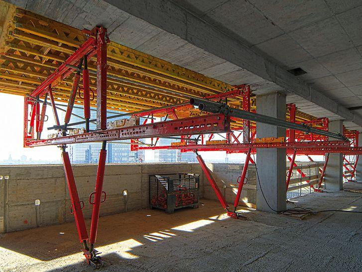 Bosco Verticale: Konzolové příhradové nosníky z pronajímatelného systému PERI VARIOKIT nesly zatížení čerstvým betonem z balkónů. Z vnější strany namontovaná ochranná stěna RCS slouží jako ochrana proti pádu vždy ve dvou nejvyšších podlažích.