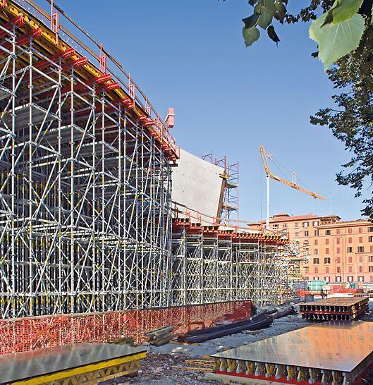 Národní muzeum umění XXI. stol. MAXXI: Tam, kde bylo nutné podepřít konstrukce ve velkých výškách, bylo použito podpěrné lešení PERI UP jako samostatné věže, nosné stěny nebo prostorová nosná konstrukce.