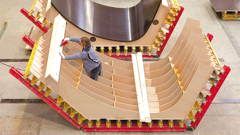 Satellitenkontrollzentrum Galileo, Oberpfaffenhofen, Deutschland - In der PERI Schalungsmontage wurden die 3D Schalungselemente maßgenau gefertigt. Die hohe Passgenauigkeit der Elemente sparte beim Schalen wertvolle Zeit.