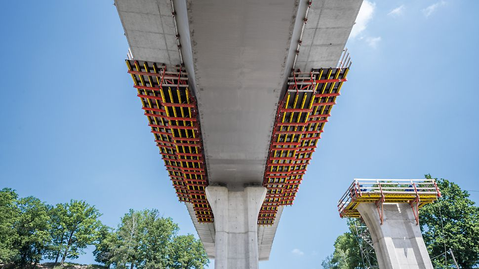 Most přes údolí Porubky, Ostrava: Spodní pohled na komorovou ocelovou konstrukci včetně pojízdného bednění.