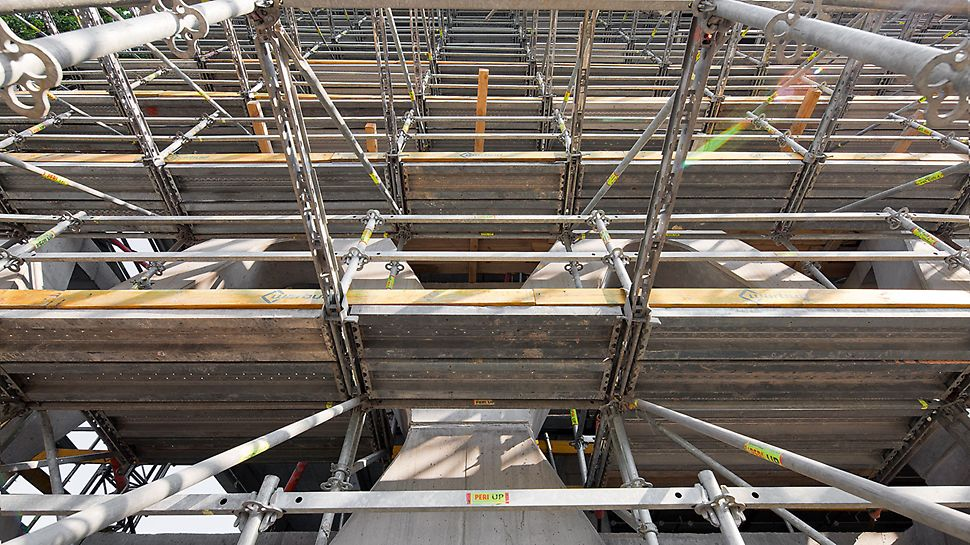 Prosta Tower, Warschau, Polen - Das PERI UP Rosett Modulgerüst konnte der komplexen Stahlbetonstruktur optimal angepasst werden.