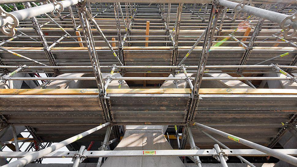 Prosta Tower: Lešení PERI UP Rosett bylo optimálně přizpůsobeno tvaru železobetonové konstrukce, která se v každém podlaží měnila.