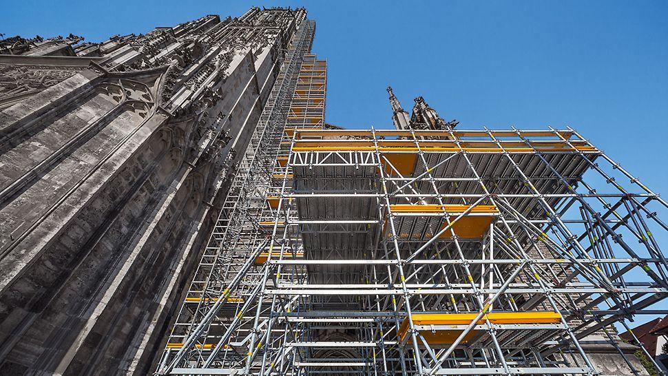 PERI UP schmiegt sich für die umfangreichen Sanierungsarbeiten bis auf 71 m Höhe an das Ulmer Münster an. Eine Zwischenplattform in 7 m Höhe dient als Lagerungsmöglichkeit für die neuen Steine.