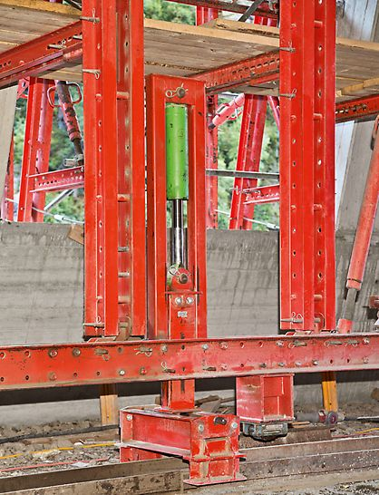 Marchlehner Gallery, Sölden, Austria - A transverse launching unit integrated in the lifting unit ensured problem-free alignment of the formwork carriage to match the changing radii.
