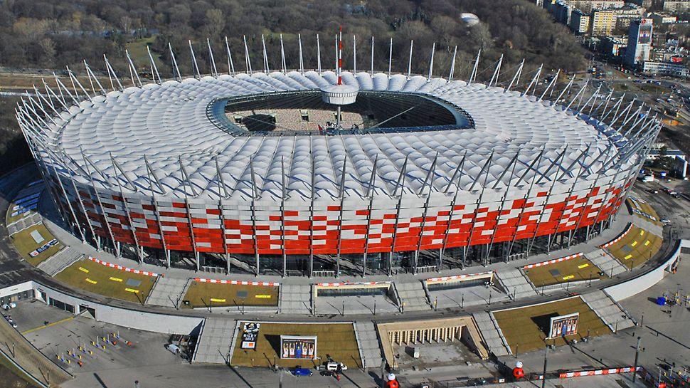 Národní stadion Varšava: Varšavský Národní stadion disponuje více než 55 000 místy k sezení a dvěma pod hrací plochou umístěnými podlažími s parkováním pro 1 800 vozidel.