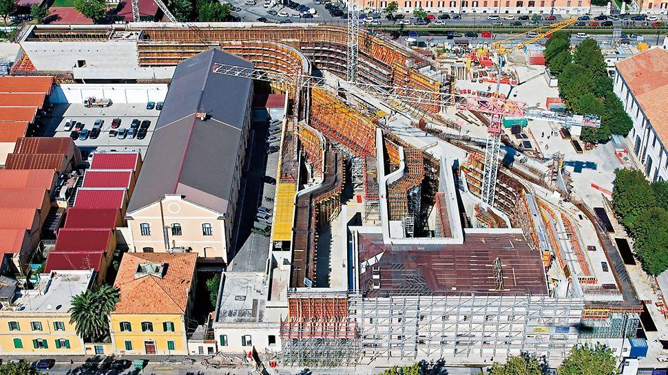 Národní muzeum umění XXI. stol. MAXXI: Pro realizaci obloukových částí stěn se zakřivenými plochami dodala firma PERI přímo na stavbu hotové 3D bednicí dílce sestavené na bázi běžně pronajímaných panelů VARIO GT 24.