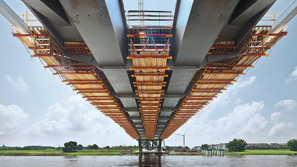 Waldschlösschenbrücke, Dresden, Deutschland - Die Fahrbahnplatte der Stahlverbundbrücke wird in 21 Betonierabschnitten hergestellt. Die dazu konstruierten Gespärreeinheiten basieren auf mietbaren Systemteilen des VARIOKIT Ingenieurbaukastens.