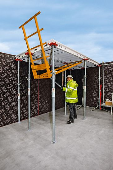 The guardrail unit ensures the safety of personnel and is easy to assemble. You can walk on the SKYMAX system as soon as the anti-fall protection has been assembled.