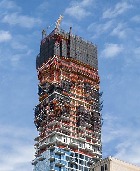 60 versetzt angeordnete Etagen und unzählige Balkonauskragungen erforderten ein detailliertes Schalungs- und Einhausungskonzept.