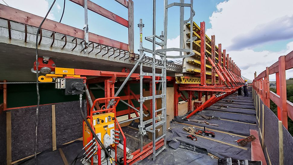 The rail units can be moved by means of hydraulic winches and the RCS Hydraulic Pump.