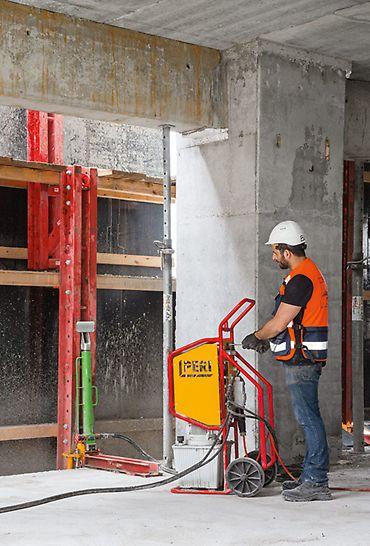 """Alon Towers """"BSR Center TLV"""", Tel Aviv: Sestavy ochranných stěn RCS byly přemísťovány do dalšího podlaží s pomocí mobilních samošplhavých zařízení bez použití jeřábu."""