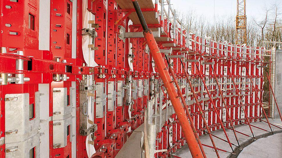 Úpravna vody Sandelermöns: PERI RUNDFLEX Plus šetří svými nastavitelnými standardními panely cenově náročné montáže, popř. úpravy speciálních sestav lešení.