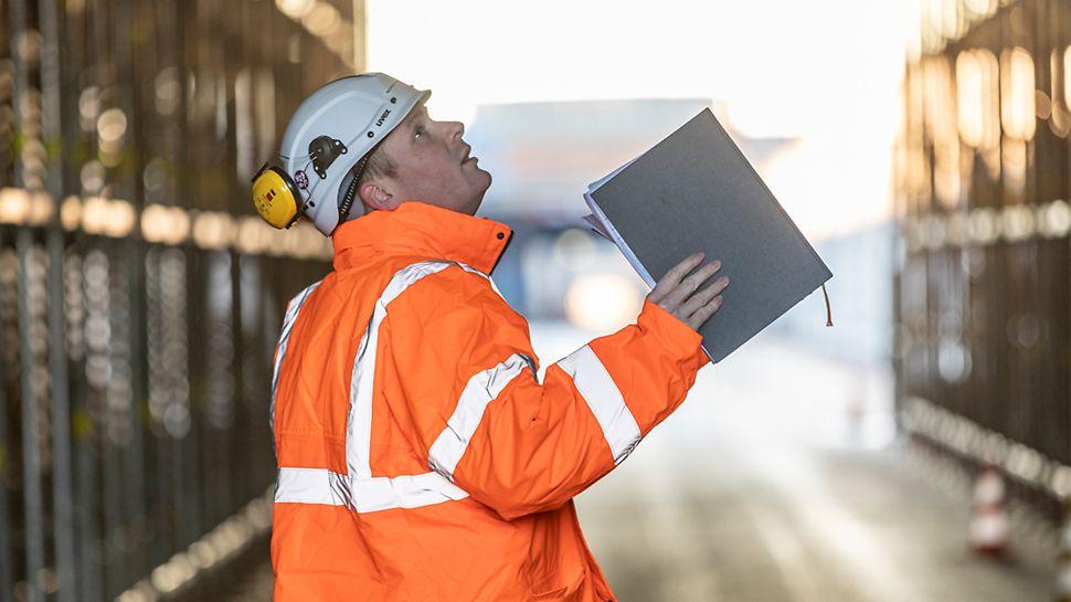 Raymond van Westrienen, technical engineer PERI, inspecteert de werf.