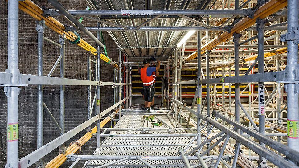 Mit MRK Systemrahmen verbundene MULTIPROP Alu-Deckenstützen innerhalb der PERI UP Gerüstkonstruktion zur lagenweisen Betonage im Müllheizkraftwerk Ruhleben.