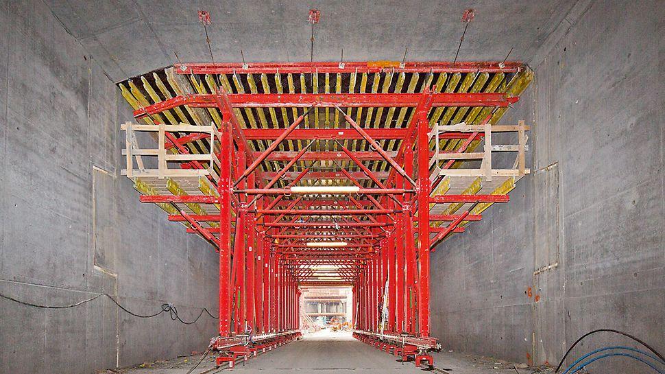Progetti PERI - In Danimarca per il tunnel Nordhavnsvej è stata proposta una soluzione con cassaforma traslabile VARIOKIT, un portale per il passaggio dei mezzi del cantiere e un sistema idraulico per facilitare il sollevamento e l'abbassamento della cassaforma