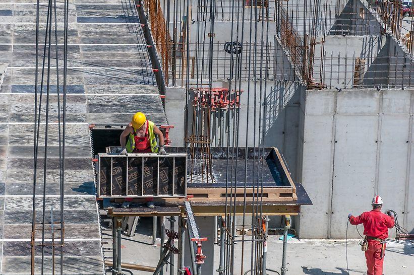 """Specijalni element SKYDECK sistema tzv. """"padajuća glava"""" omogućava raniju demontažu oplate, tako da se glavni nosači i paneli brzo oslobađaju za upotrebu na sledećem taktu betoniranja."""
