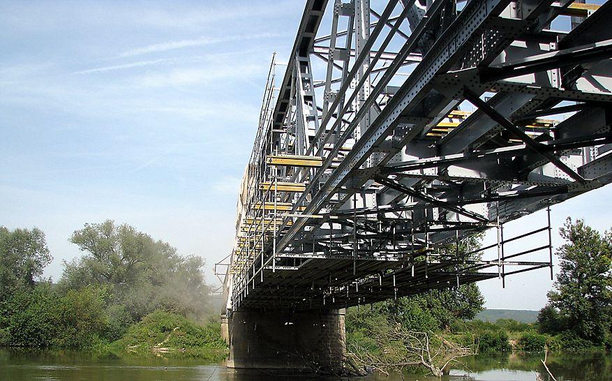 Pod km 3 + 724, CF 216, Ilia - Lugoj, la Dobra - Soluția PERI pentru executarea lucrărilor la intradosul tablierului - Platforme de lucru din schelă modulară PERI UP Rosett fixată de grinzile de cofraj de mare capacitate portantă GT 24.