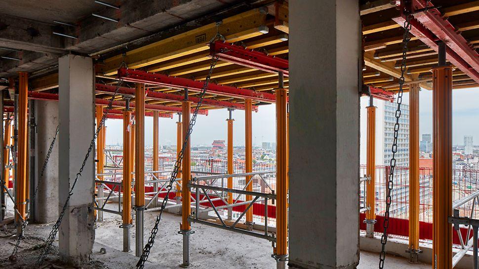 VARIODECK panelen kunnen aan elkaar gemonteerd worden zodat grote stukken vloer in één keer bekist en gebetonneerd kunnen worden.