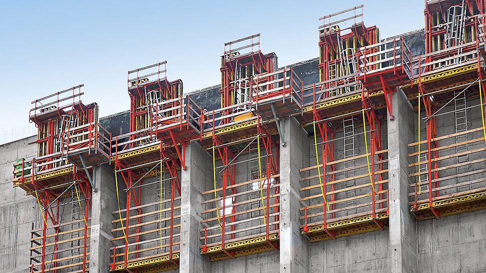 Termoelektrana na alternativno gorivo, Spremberg, Nemačka - penjajuća skela CB 240 u  kombinaciji sa VARIO GT 24 zidnom oplatom od drvenih nosača, korišćena je za realizaciju masivnih zidova elektrane. Debljina zidova smanjuje se za po 10 cm u svakom narednom taktu.