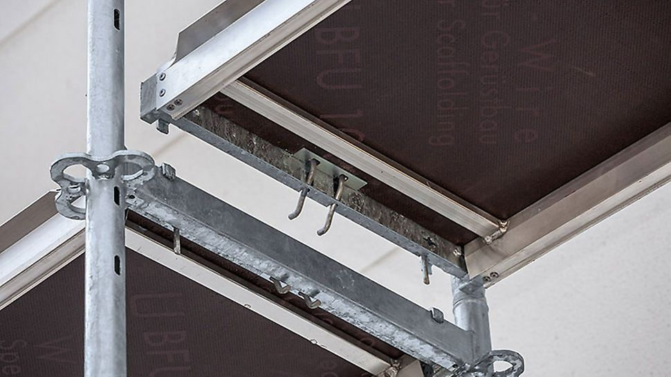 The integrated clamp engages the rectangular ledger and thus secures the position of the decking. PERI UP decks are also secured against lifting after installation without requiring any additional components. Individual scaffold bays can subsequently be removed if required, e.g. for bringing in materials.