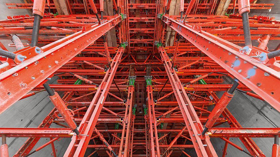 Vodní elektrárna Smithland: Podpěrné lešení uvnitř tubusů, které budou později tvořit opláštění turbín, je vytvořeno z pronajímatelných systémových dílů stavebnice pro inženýrské stavby VARIOKIT. Se standardizovanými systémovými konstrukčními díly a vhodnými spojovacími prostředky je možné podpěrnou konstrukci snadno přizpůsobit a velmi hospodárně vyrobit.