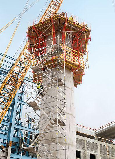 Wärmekraftwerk Stanari, Doboj, Bosnien und Herzegowina - Die runden Pfeiler wachsen mit der CB 240 Kletterschalung und VARIO GT 24 Schalungselementen bis in rund 26 m Höhe. Die Einheiten aus Schalung und Gerüst lassen sich schnell per Kran in den jeweils nächsten Takt umsetzen. Die PERI UP Treppe Alu 64 bietet sicheren Zugang zum Arbeitsbereich.