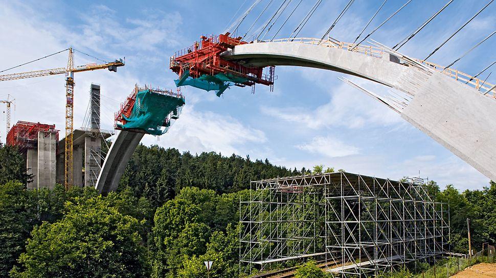 Dálniční most přes Opárenské údolí: Ochranná konstrukce z lešení PERI UP zajistila neomezený provoz železnice při výstavbě železobetonového oblouku metodou letmé betonáže.