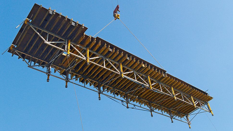 Marina Bay Sands, Singapore - With the PERI SKYTABLE, 100 square metres of slab formwork was moved quickly and safely with only one crane pick.