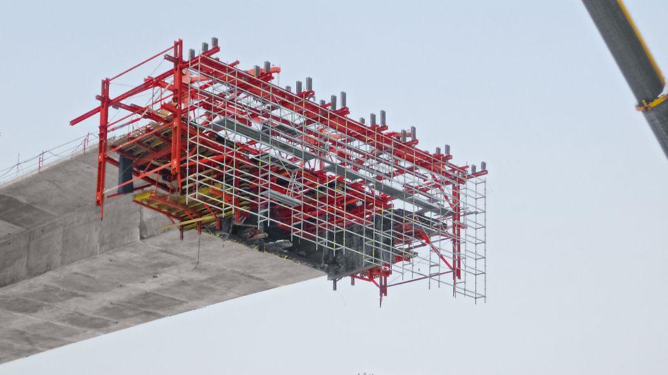 Pour la construction du pont autoroutier près de Tarnow, l'équipe est parvenue à des cycles de 4 à 5 jours grâce à une solution mécanique facile d'emploi. Simultanément, elle a pu respecter les tolérances très faibles des variations des sections transversales.
