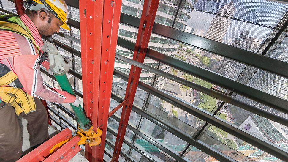 Ograničena upotreba krana je čest problem prilikom gradnje nebodera. Korišćenjem mobilnih podižućih jedinica, pomoću kojih se podižu i RCS zaštitni paneli na sledeću etažu, maksimalno je smanjena upotreba krana na gradilištu Four Seasons Hotel.