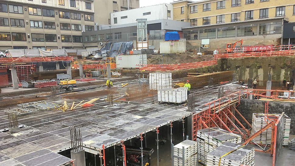 Met 1 200 m² ingehuurd SKYDECK materiaal mét valkopsysteem worden in een recordtijd 7 200 m² vloer over 6 verdiepingen gestort.