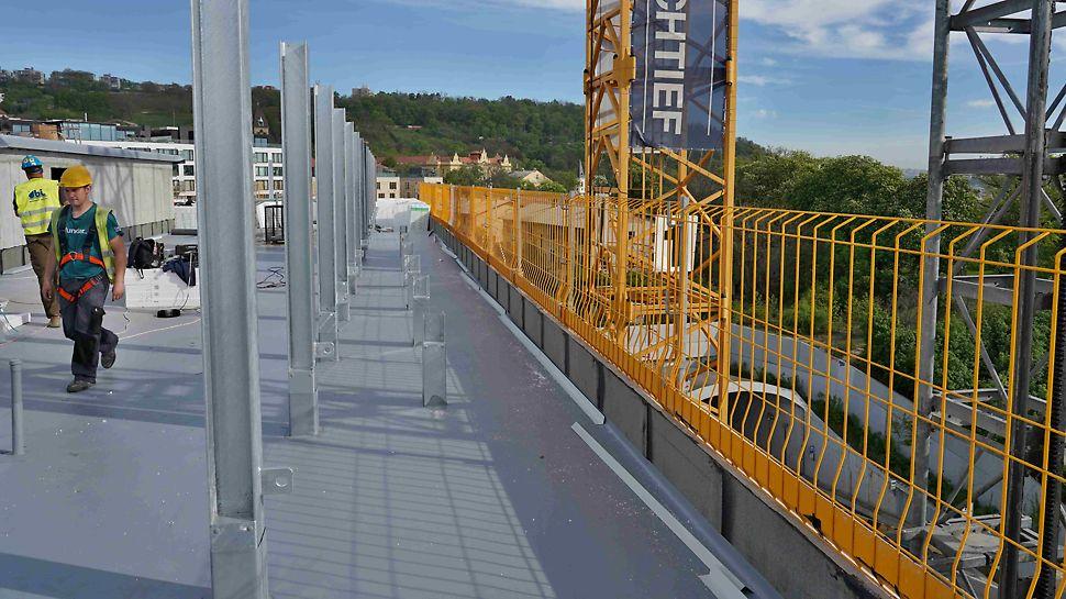 Zabezpečení proti pádu u okrajů stropních desek se systémem ochranných mříží PROKIT.