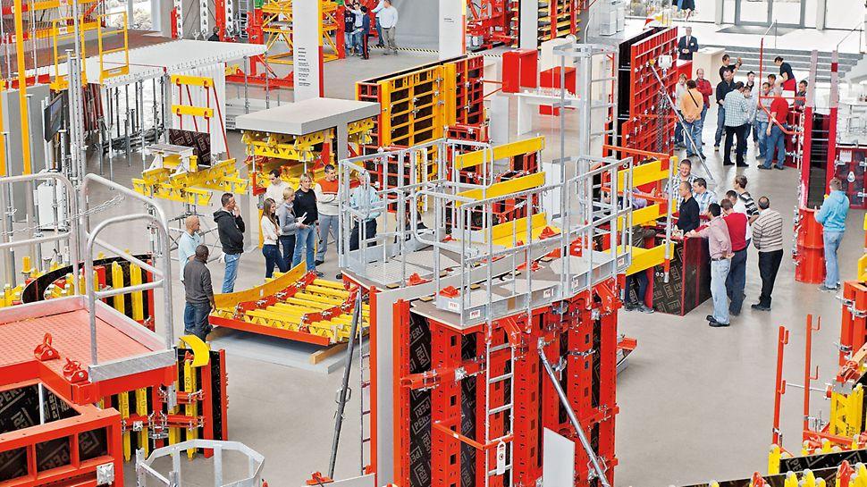 Experti z PERI představují zákazníkům paletu produktů PERI.