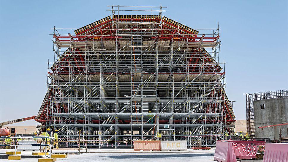 Im Zentrum des Designkonzepts steht die Kuppel über der Eingangshalle mit insgesamt rund 23m Länge und 17m Breite. Das Modulgerüst PERIUP bildet die tragende Konstruktion der Kuppelschalung.