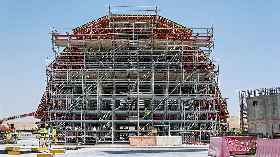 At the centre of the design concept is the 23 m long and 17 m wide dome above the entrance hall. The PERI UP Modular Scaffolding forms the supporting structure of the dome formwork.