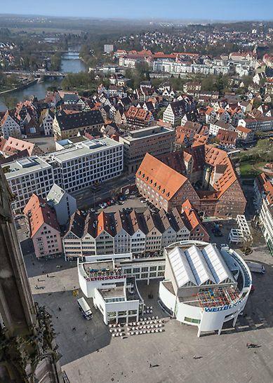 Blick vom Ulmer Münster auf das verborgene Stützgerüst für die Leuchtschrift auf dem Dach des Ulmer Stadthauses.