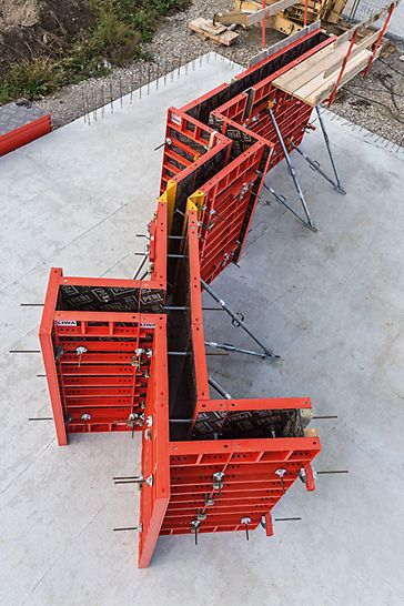 Alle notwendigen Anpassungen für rechtwinklige und schiefe Ecken, Wandabgänge sowie stumpfe Wandanschlüsse lassen sich mit wenigen Systembauteilen erfüllen.
