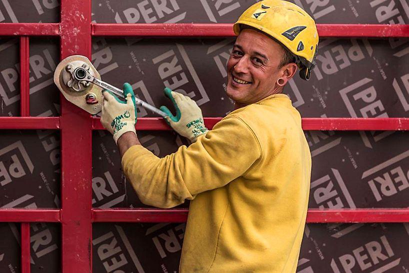 ein Arbeiter zieht mit dem Ankerschlüssel den MX Anker fest