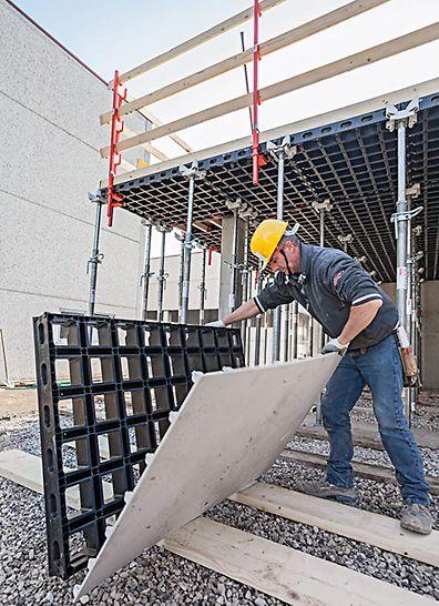 Bytting av forskalingshud kan utføres for hånd ved bruk av kun noen få skruer, og kan også utføres på byggeplass uten bruk av spesialverktøy.PERI forskaling domino Trio Quatro søyle panel dekke vegg