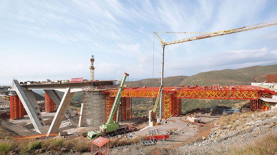 Dálniční most T4, Paradisia-Tsakona, Řecko: speciální kompletní řešení VARIOKIT pro výstavbu s pomocí vysokopevnostních věží VST a příhradových vazníků VRB.