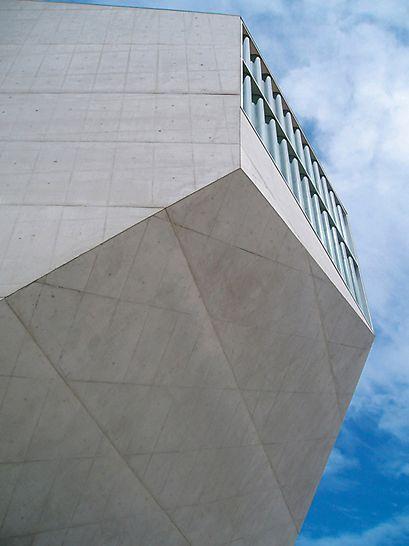 Casa da Música, Porto, Portugal: Receptura betonu, s vlastnostmi jako jsou barva, textura, obraz, poréznost a možnost vzniku trhlin, byla vyvinuta speciálně pro tuto stavbu a vyzkoušena na zkušebních stěnách. (foto: A. Minson, The Concrete Centre)