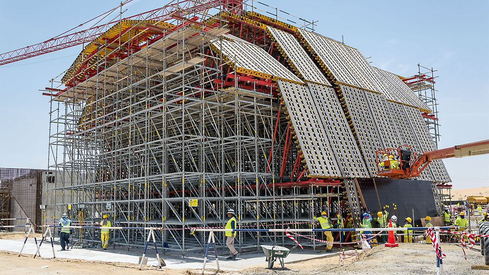 The formwork elements for the dome were individually planned and pre-assembled. On site, the individual segments are quickly and efficiently installed.