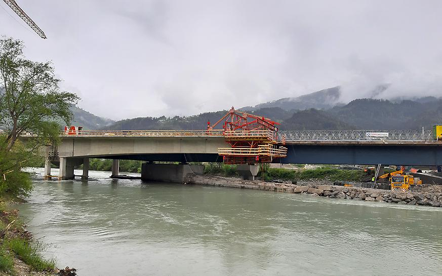 PERI VBC-Freivorbauwagen beim fertigen ersten Brückenkragarm