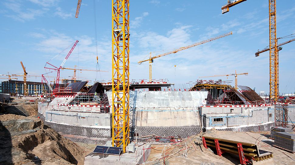 As the shape of the curved walls repeats itself horizontally within a concreting height, it was possible to use the special formwork elements multiple times. This reduced the production costs and also saved valuable assembly time on the construction site.