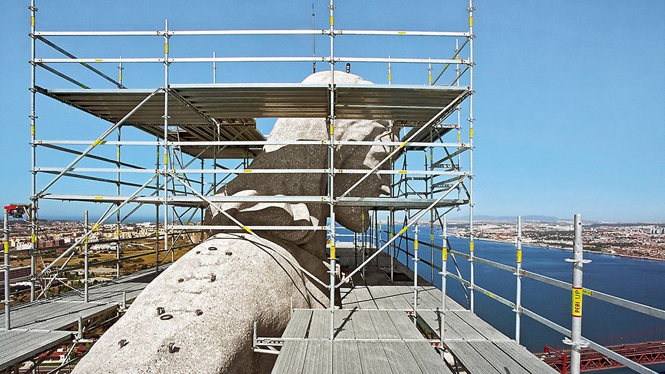 Cristo Rei Monument, Lissabon, Portugal - Auf den großzügigen und geometrisch angepassten Arbeitsplattformen der PERI UP Rosett Einrüstung am Kopf der Statue konnte in über 100 m Höhe sicher gearbeitet werden.