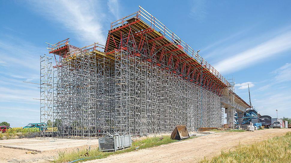 Przęsło mostu głównego wykonywane na wieżach podporowych ST 100 z deskowaniem VARIO.