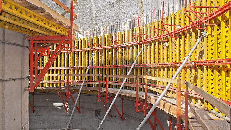 Retenční nádrž, Brno: Panely VARIO byly ve 2. a dalších záběrech postavené na pohodlných lávkách.