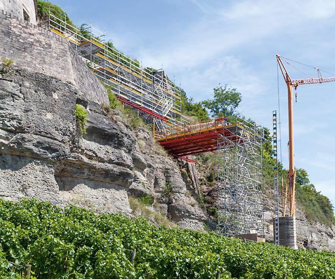 Treppen und Plattform an Festungsmauer mit Kran
