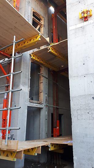 Bruxelles est envahi de clients PERI étrangers venant découvrir comment fonctionne une telle technique de coffrage RCS, et les nombreux avantages qu'elle fournit pour des projets de construction dans des régions très urbanisées où l'espace est limité.