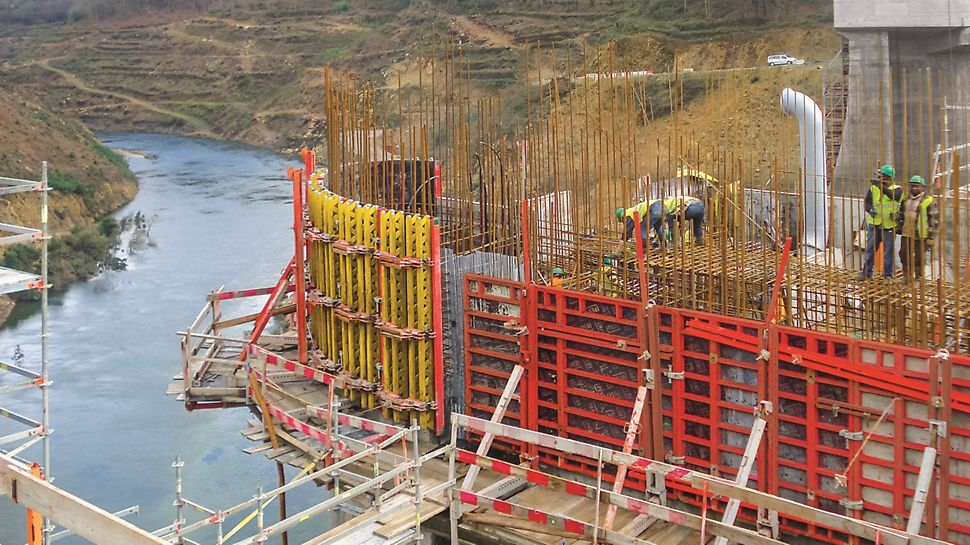 """Aproveitamento Hidroeléctrico de Ribeiradio-Ermida - Cofragem PERI """"Rundflex"""" para execução de pilares. Consolas SKS180-TR e KGF240 para apoio da cofragem."""
